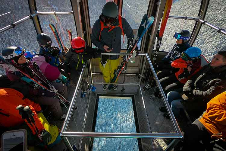 peak 2 peak glass bottomed gondola